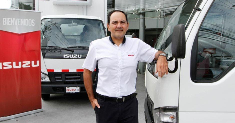 hombre de blanco entre camiones