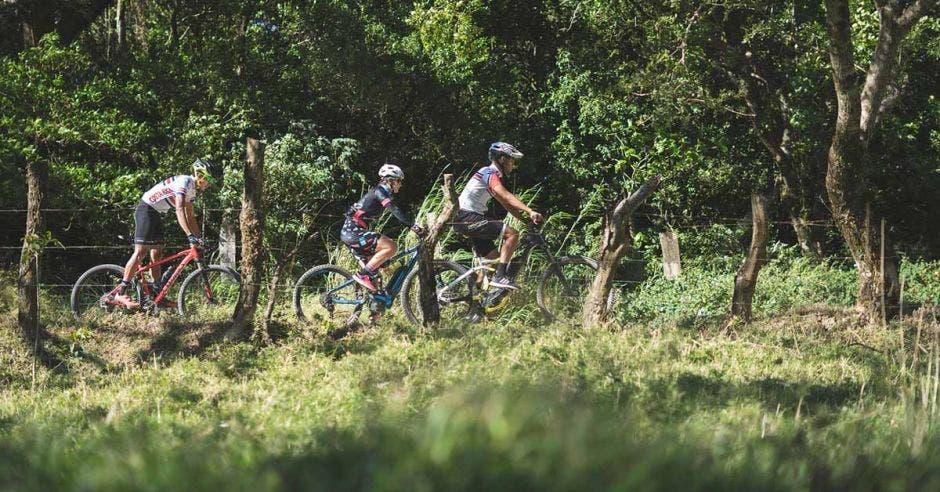 Un grupo de ciclista recorre un potrero en Monteverde