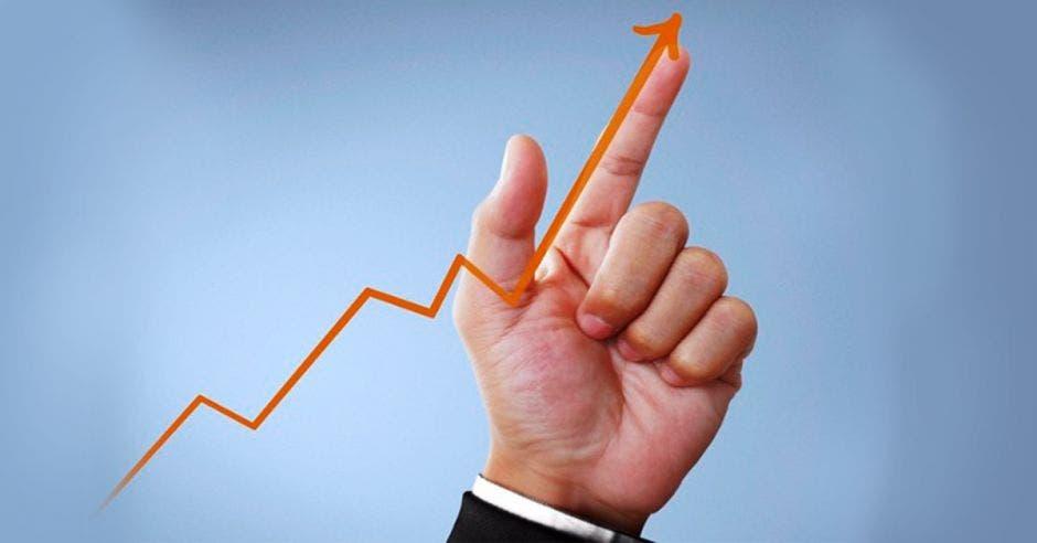 mano señalando dedo indice hacia arriba mientras que sigue la linea de un gráfico al alza