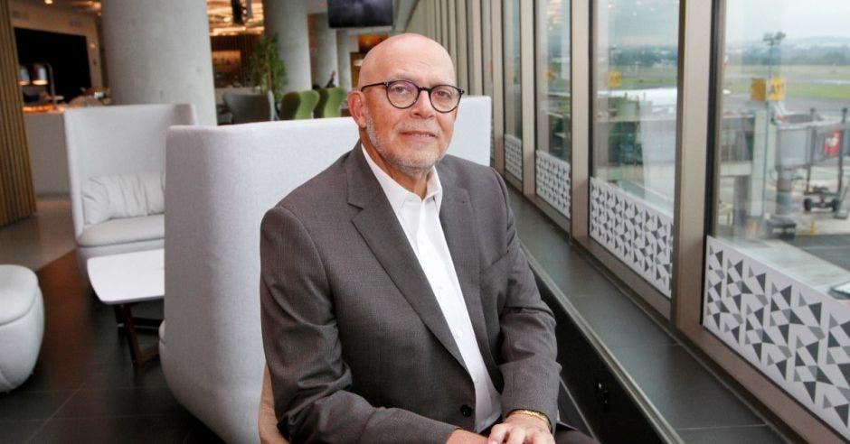 Rafael Mencía posa en el salón VIP del aeropuerto Juan Santamaría