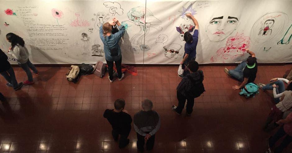 gente pintando una manta