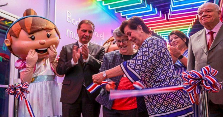 cortando la cinta para inaugurar nueva sala