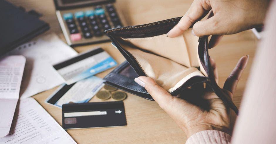 Solo a un 10% de la población costarricense le alcanza bien sus ingresos y hasta puede ahorrar. Shutterstock / La República.