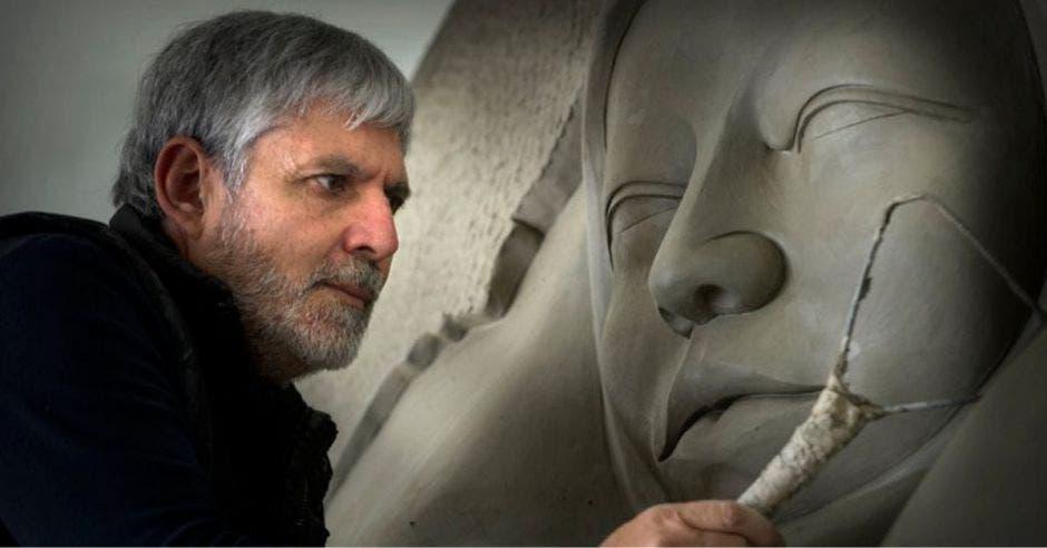 Jiménez Deredia haciendo los últimos detalles de una de sus esculturas