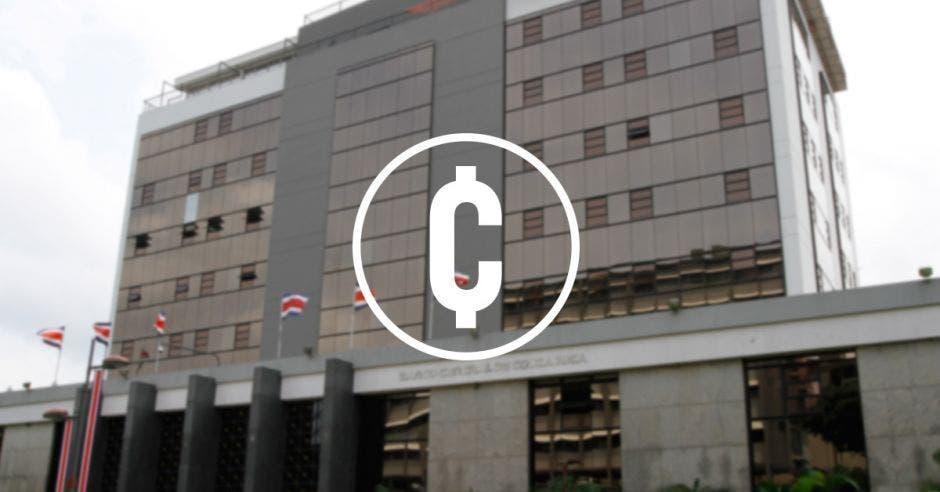 Edificio del Banco Central de Costa Rica con signo de colones en blanco en primer plano
