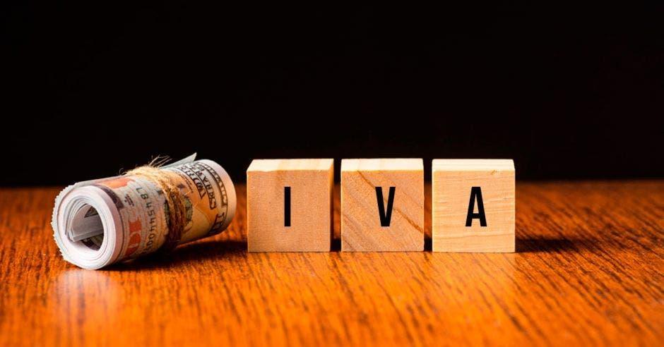 La palabra IVA formada con varias letras y un rollo de billetes