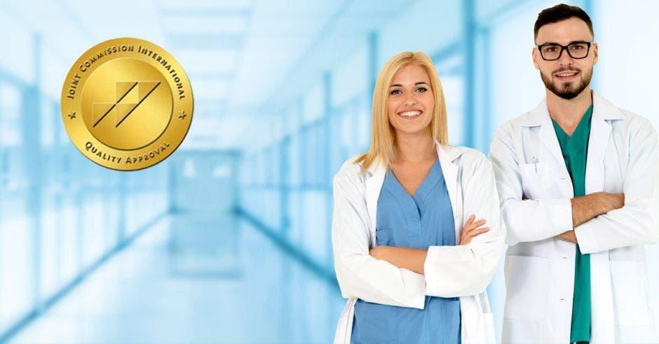 Dos médicos en un pasillo con un sello de calidad