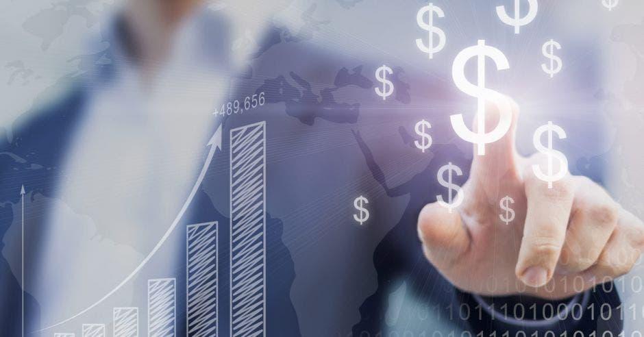 Mano de hombre señalando el símbolo del dólar y el incremento de dinero
