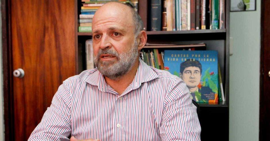 Carlos Manuel Rodríguez habla en su oficina