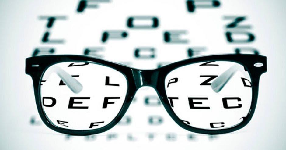 unos lentes y atrás un examen de la vista