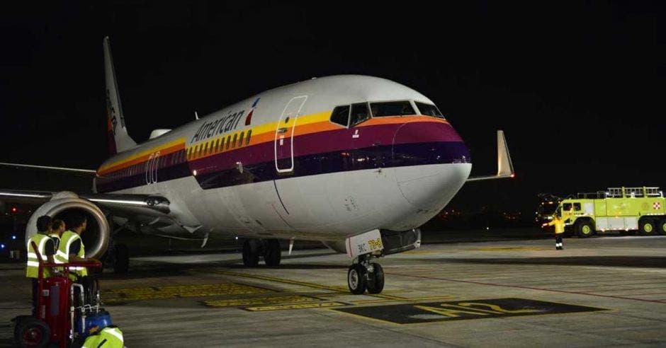 Aeronave de American Airlines en el aeropuerto Juan Santamaría