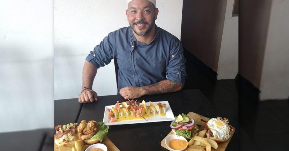 chef con comida en la mesa