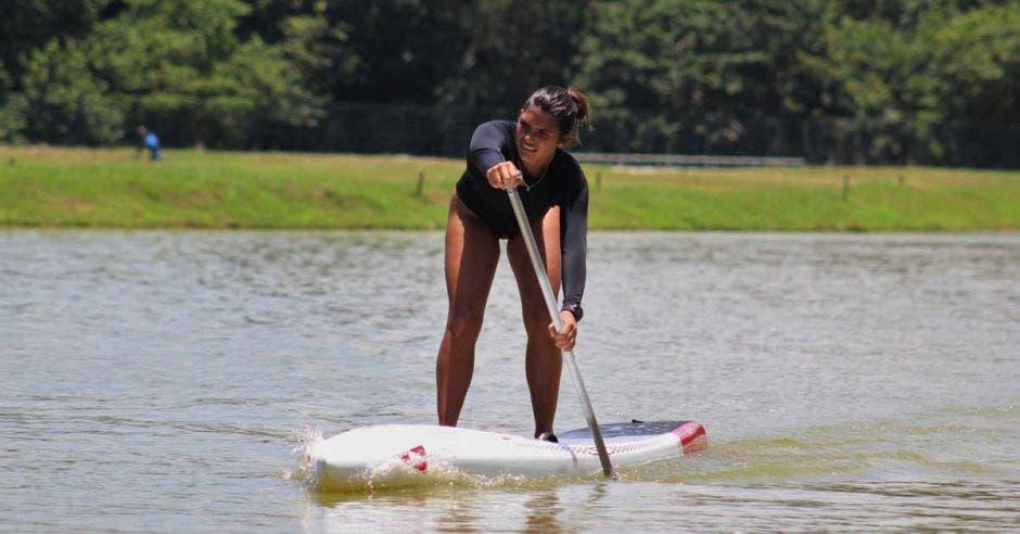 mujer en paddle board