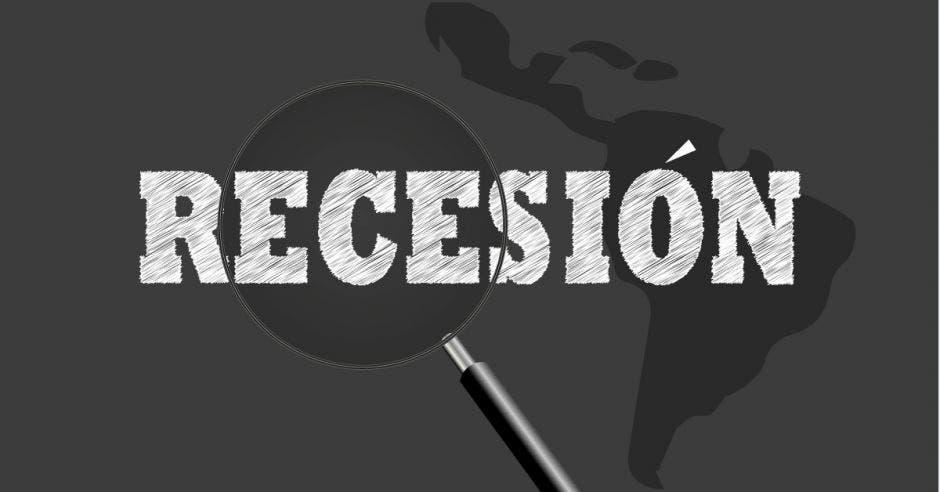 mapa de América Latina en negro con gris y palabra recesión en blanco señalada con lupa