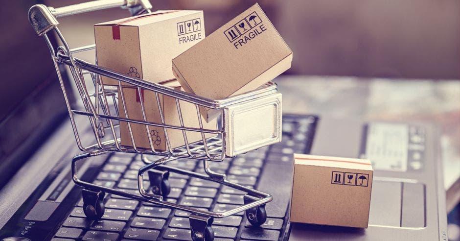 Carrito de supermercado cargando cajas sobre un teclado