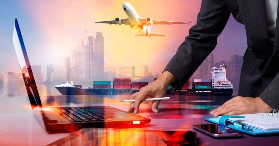 Hombre iniciando el proceso de comercialización por medio de una computadora para enviar un avión y un buque con mercancía hacia otro país