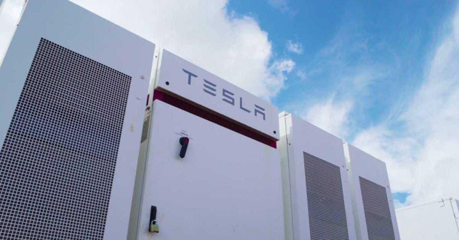 Un sistema de almacenamiento de energía solar marca tesla