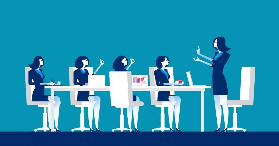 Una mujer instruye a otras en una oficina