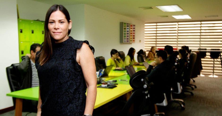 Alejandra Ortiz, de Kantar Worldpanel, posa en una oficina con decoración verde