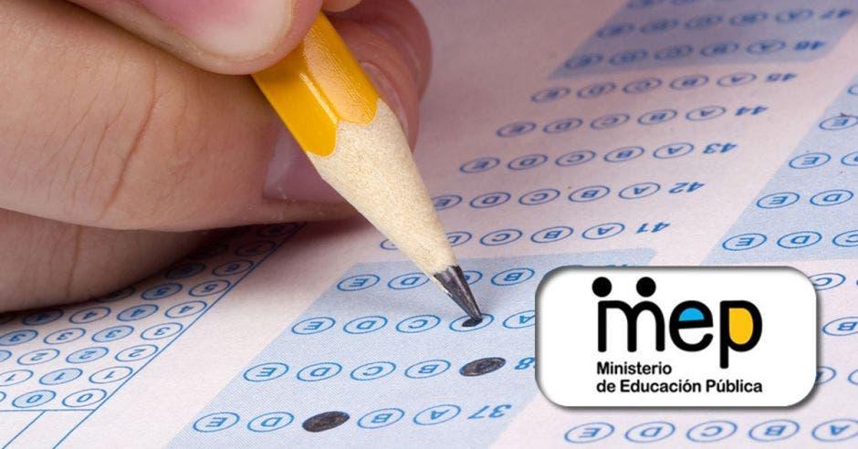 Una persona llenando un examen y el logo del MEP