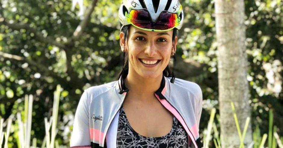 johanna solano sonríe con ropa de ciclismo
