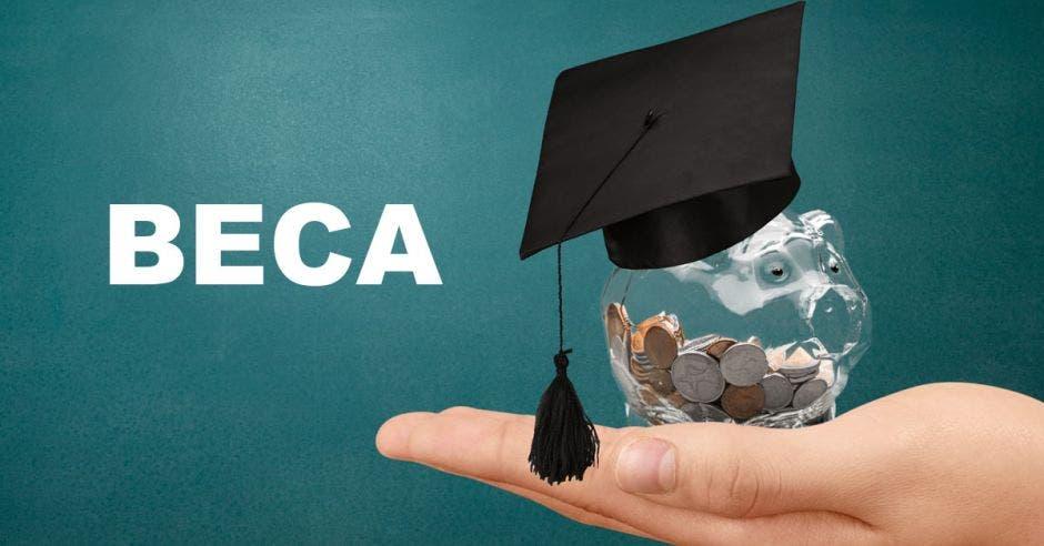 Una mano sosteniendo una alcancía con monedas y un birrete y la palabra BECA