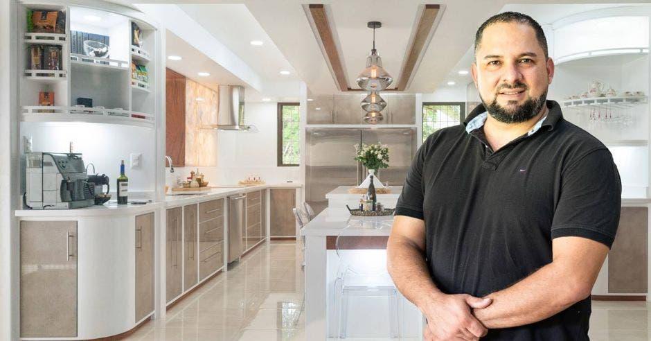 Christian Herrera de la mueblería se posiciona frente a muebles