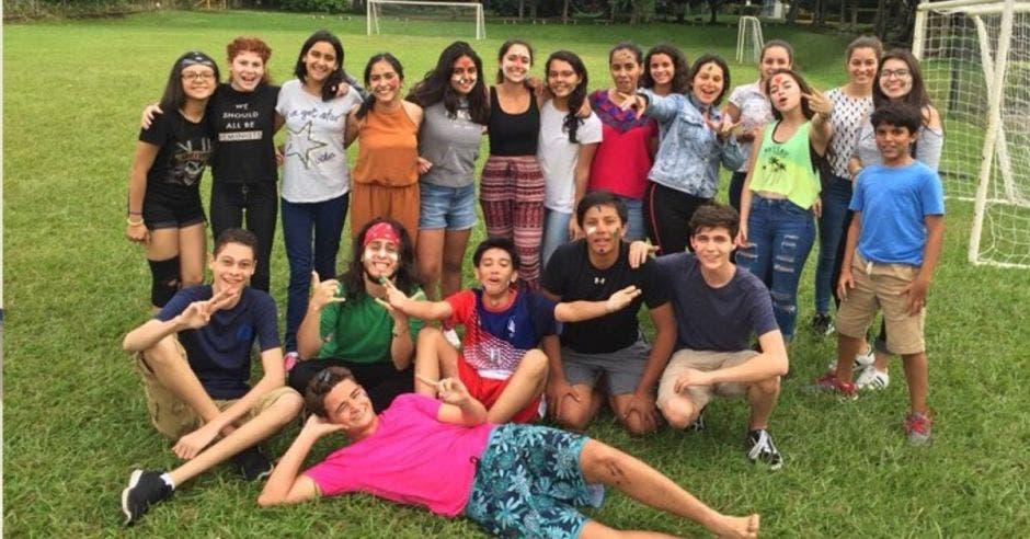 Un grupo de estudiantes en una cancha