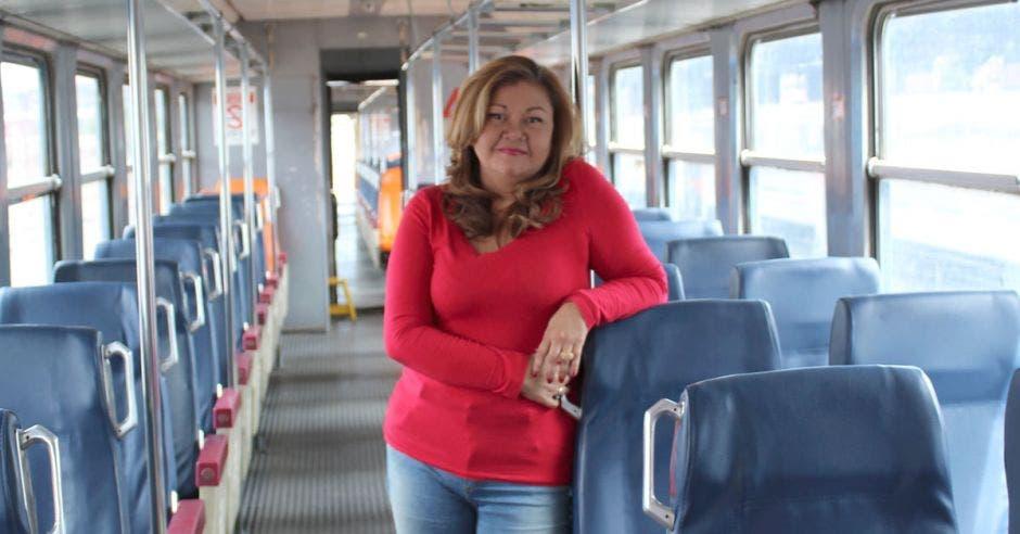 Elizabeth subida en un tren viejo
