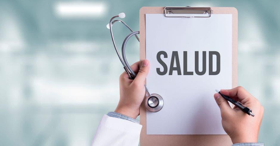 Unas manos de un doctor sosteniendo un letrero que dice salud
