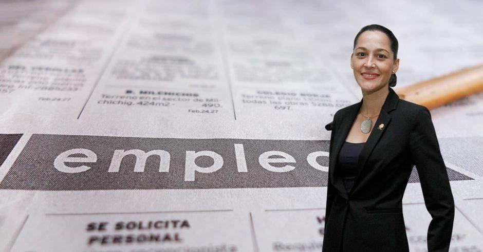 María Inés Solís en primer plano, mientras que una hoja de empleo de un periódico se ve en el fondo.