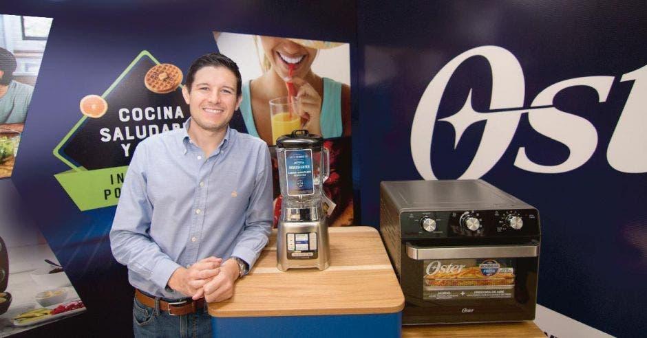 Federico Bolaños posa con los dos productos de Oster