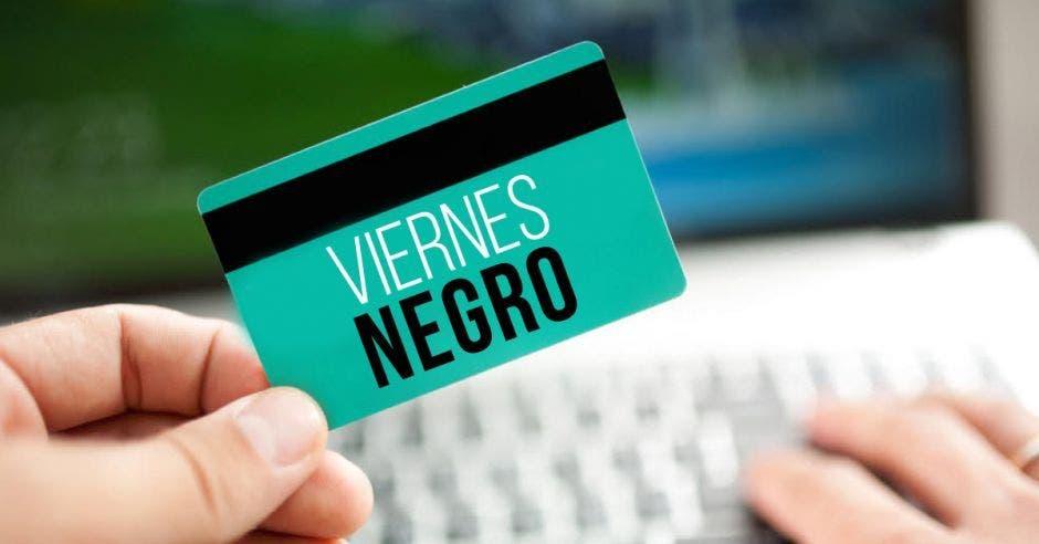 tarjeta de crédito con letras de viernes negro en blanco y negro . tarjeta es de color turquesa