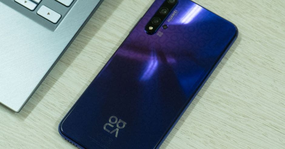 Alt Text: celular Nova 5T de Huawei