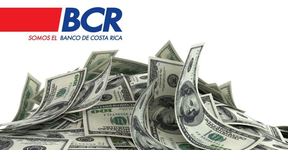 puñado de dólares con logo de Banco de Costa Rica en superior izquierdo