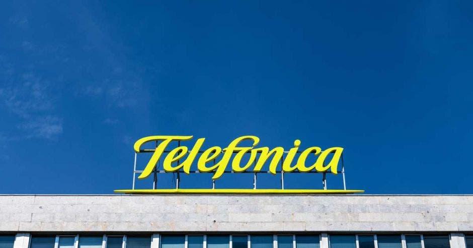 Letrero de Telefónica en un edificio