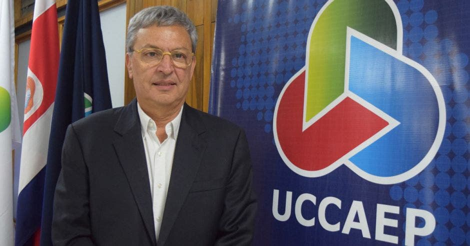 Álvaro Sáenz posa al ser nombrado presidente de Uccaep