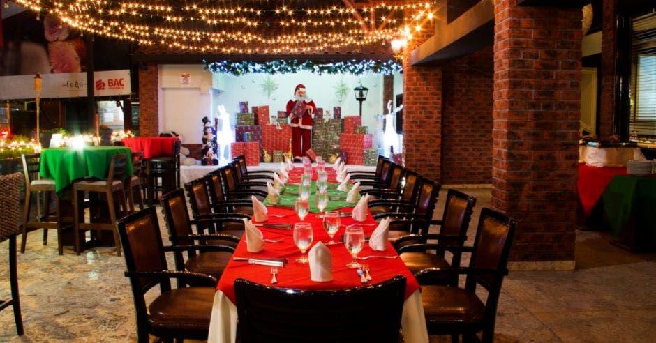 restaurante con decoración navideña