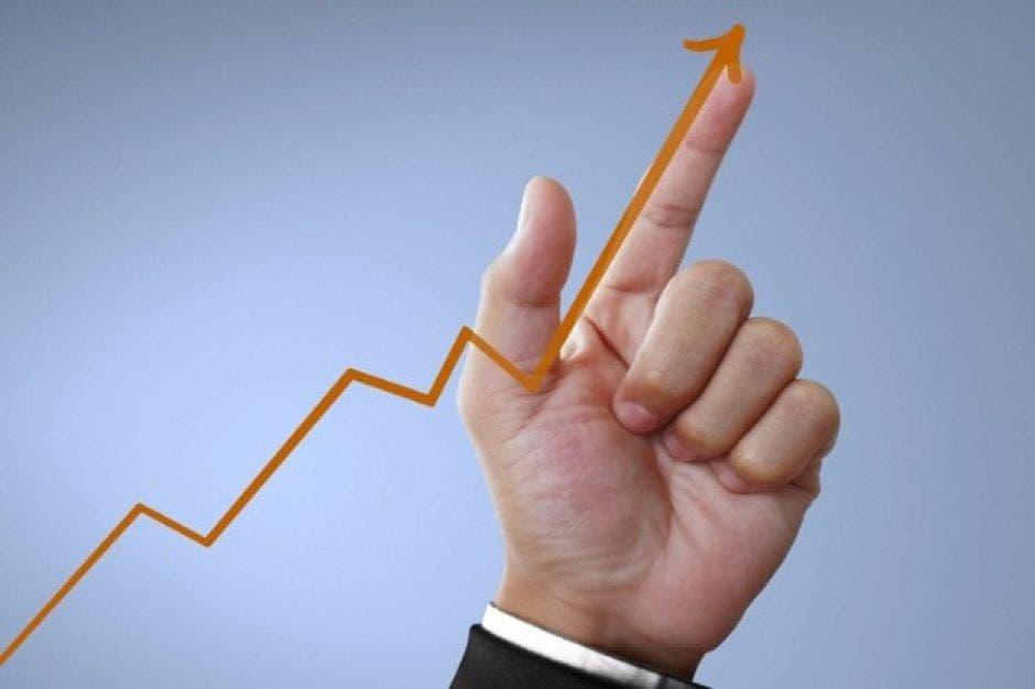 Mano señalando un gráfico en crecimiento