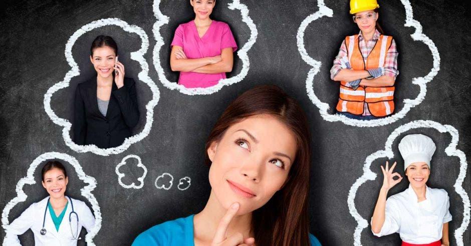 Una mujer pensando qué estudiar y alrededor de ella varias mujeres con uniformes de diversas profesiones