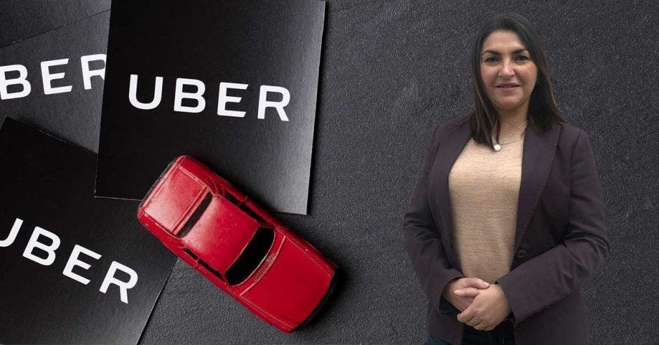 Carolina Coto posa sobre un fondo de carros de Uber