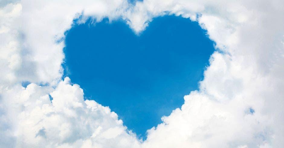 Unas nubes forman un corazón