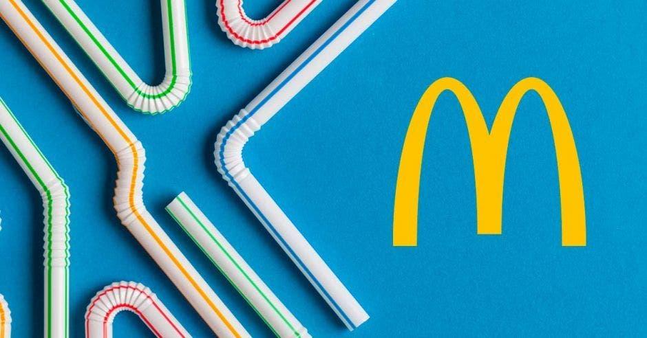 Varias pajillas de diversos colores junto al logo de McDonald's