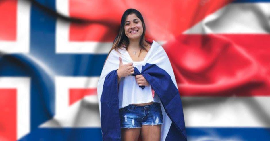 mujer con banderas de noruega y costa rica
