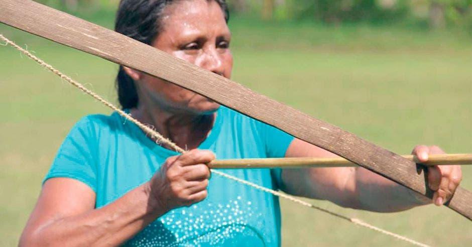 mujer con arco y flecha