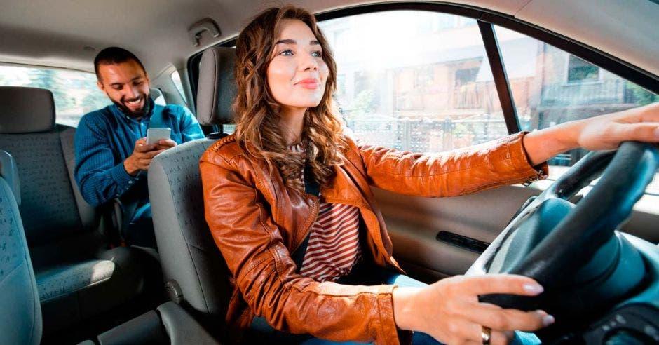 Una mujer manejando un carro de uBer