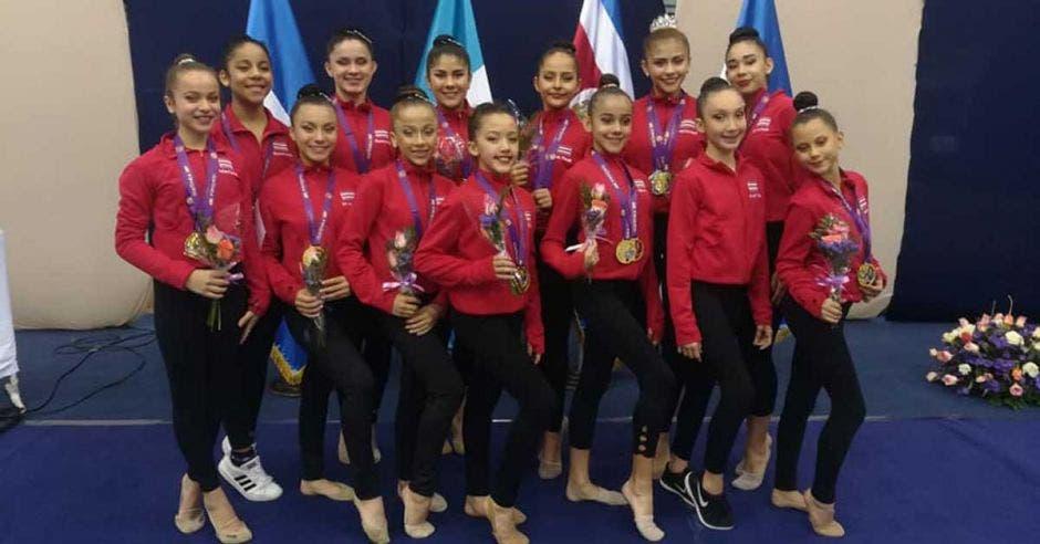 mujeres en fila con medallas