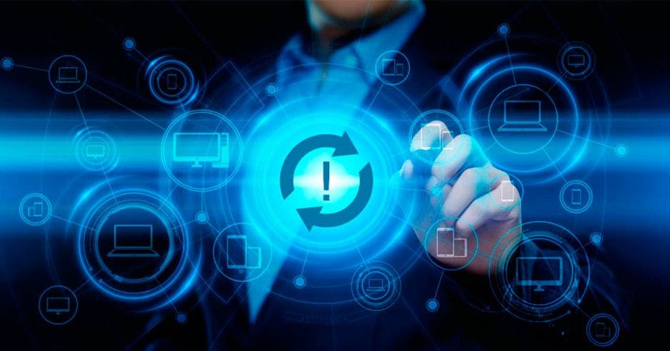 persona de fondo señalando gráficos informáticos en color azul