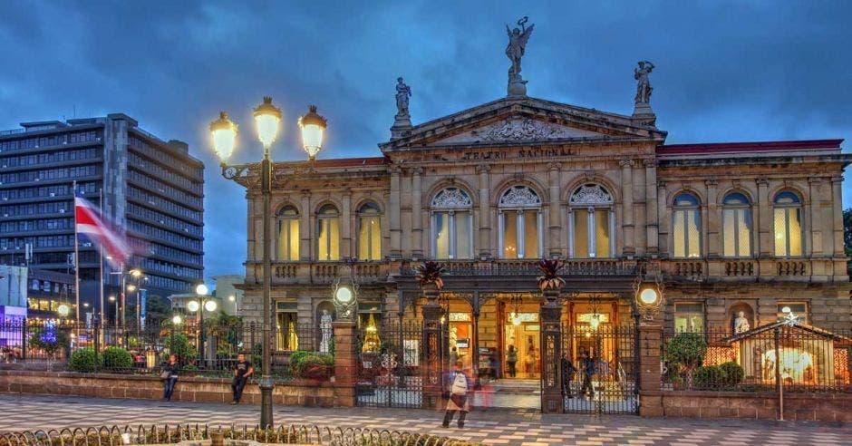 La fachada del Teatro Nacional mientras está atardeciendo