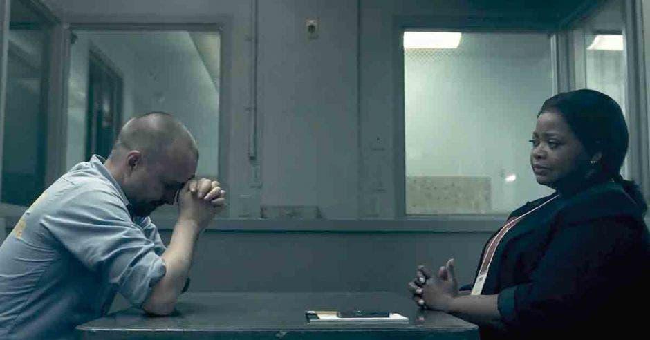 Aaron Paul sentado en frente de Octavia Spencer en una especie de interrogatorio